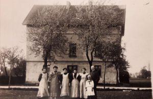 Altes Schwarz-Weiß-Foto von dem Haus.