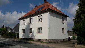 Heute ist das Haus weiß mit einem roten Dach.